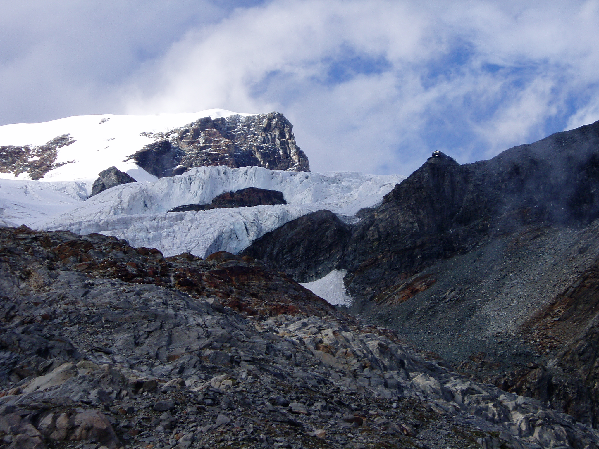 Op de hoge rotspunt de Ayashütte