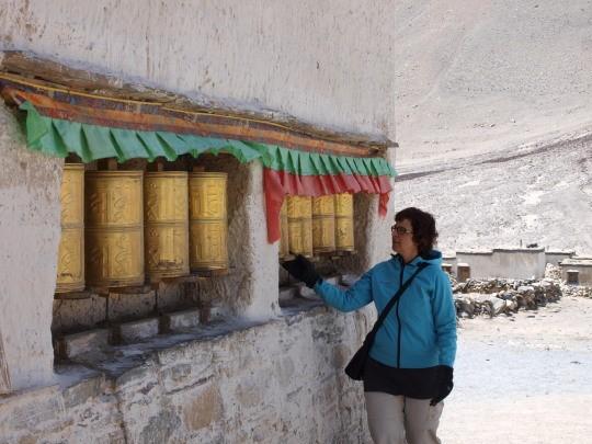 Afien bij de gebedsmolens van het Rongbuk klooster