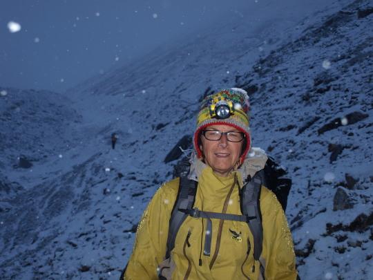 Afien op weg naar de Larkya La in de sneeuw en het donker