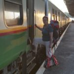 Alie stapt in de nachttrein naar Mombasa