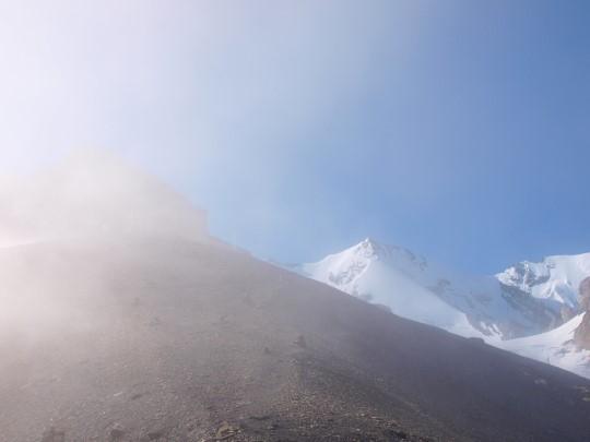 Als je goed kijkt zie je de Blümlisalphütte opdoemen in de mist in de vroege ochtendzon