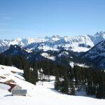 De Neue Piesenalp met op de achtergrond de Allgäuer Alpen met in het midden de Hochvogel (2593 meter)