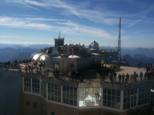 De gebouwen op de top van de Zugspitze