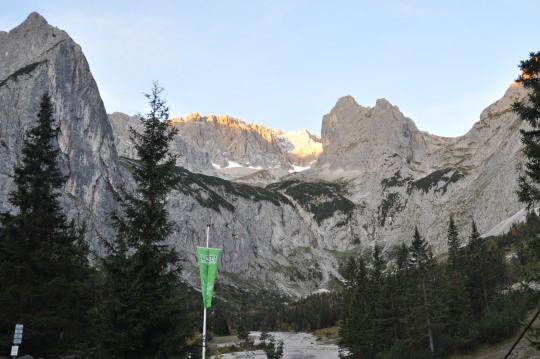 De ochtendzon komt op over de Zugspitze