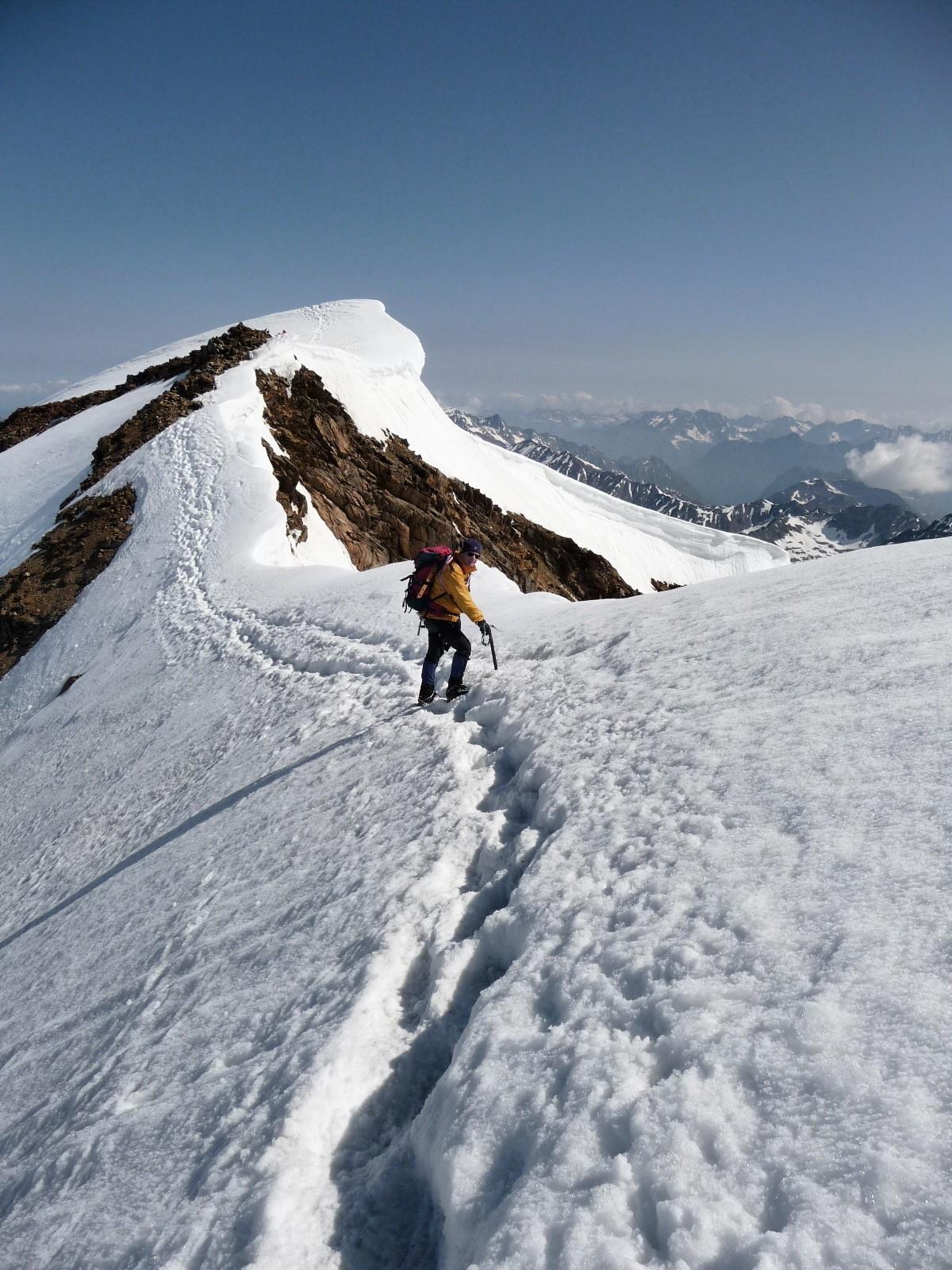 De scherpe sneeuwkam tussen de zuid- en noordtop.