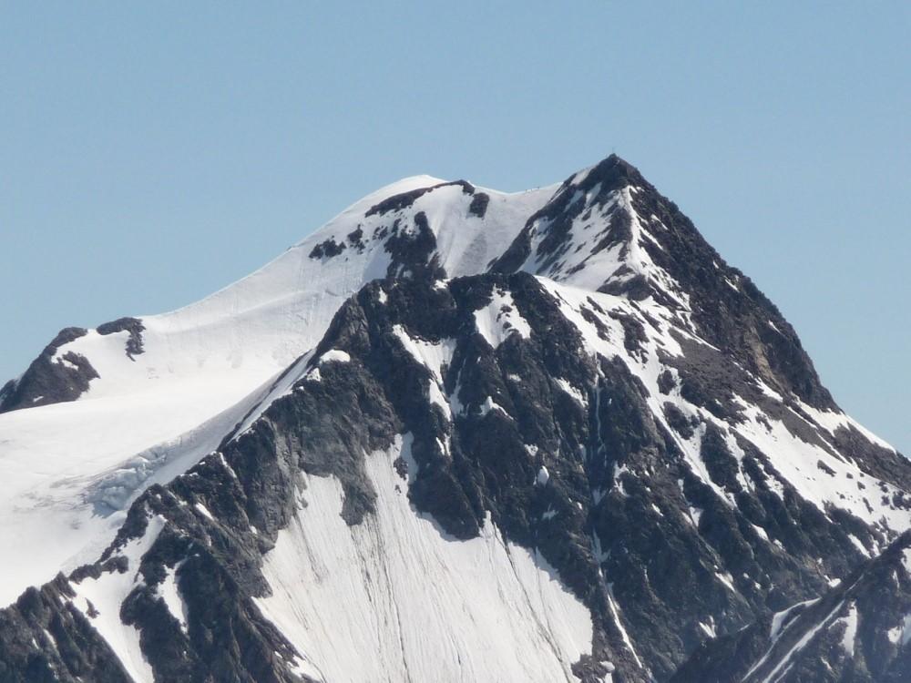 De top van de Wildspitze, rechts met kruis de zuidtop, links de noordtop met daar tussen een sneeuwgraat.