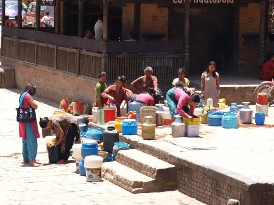 De vrouwen van Bhaktapur komen water halen