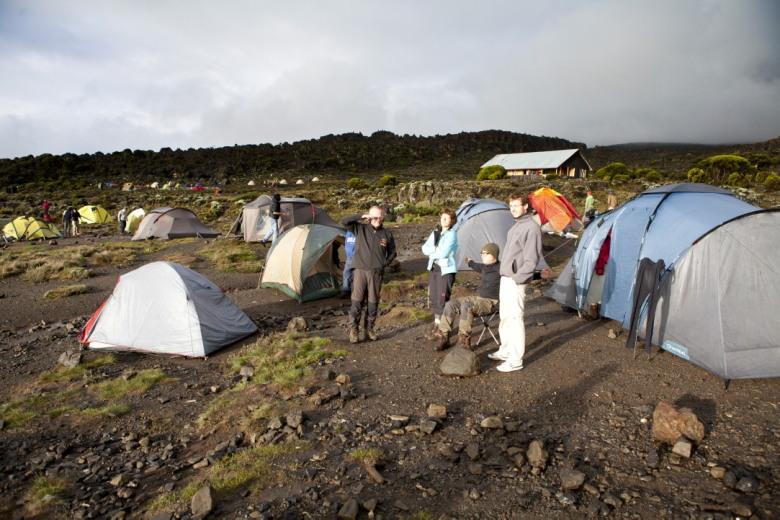 Even klaart het op op het Shira plateau, Maarten, Afien, Willem Hendrik & Ewout