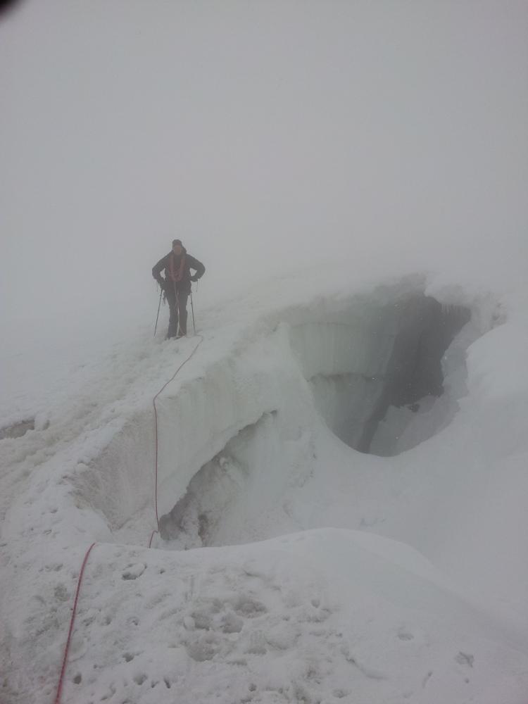 Herman Hemels in de nevel langs grote gletsjerbreuken in de afdaling Grossvenediger