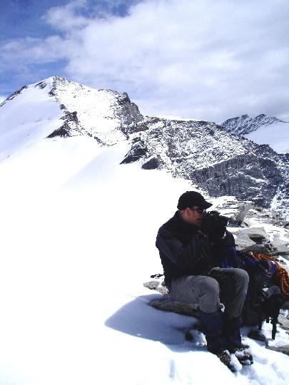 Herman op de Ödenwinkelscharte, op de achtergrond de noordwestgraat naar de top van de Johannisberg
