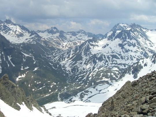 Het Jamtal vanaf de Getschnerscharte met beneden de hut en veel sneeuw nog