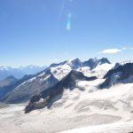 Het uitzicht vanaf de Oberaarjoch hütte. Aan de horizon (links) de Matterhorn