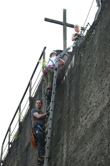 Hugo (onder), Astrid en Irene op de trap naar het 'topkruis'
