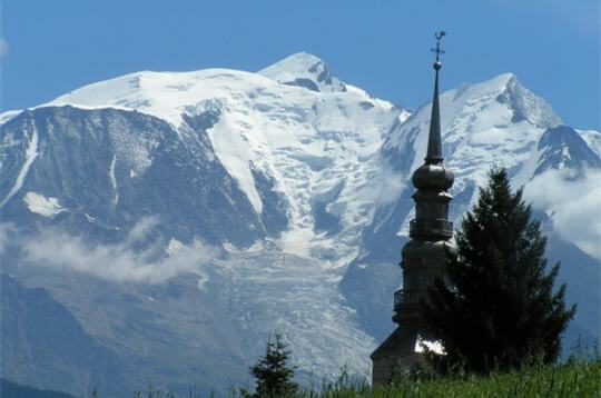 Kerktoren van Combloux en de Mont Blanc