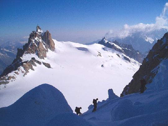 Klimmen met op de achtergrond de toren van 'le téléphérique' naar l'Aiguille du Midi