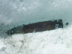 De gletsjers rond de Oberaarhorn hütte liggen vol met kogels van circa 12 centimeter lang. Ze komen op de gletsjer tijdens schietoefeningen in november van de Zwitserse luchtmacht.