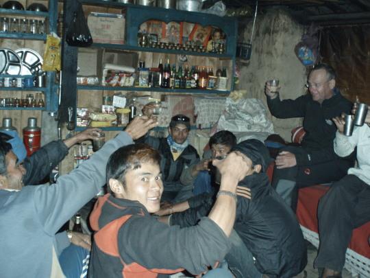 Lokaal gestookte alcohol (bier) na de oversteeek van de Larkya La