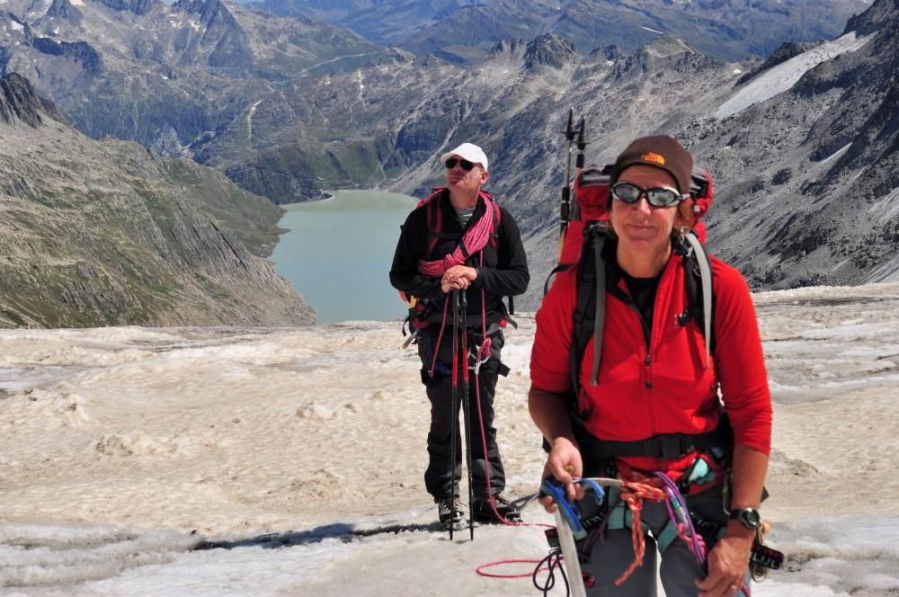 Maarten & Tineke op de Oberaargletsjer met op de achtergrond de Oberaarstausee