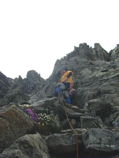 Maarten in de rotsen naar de top van de Piz Buin