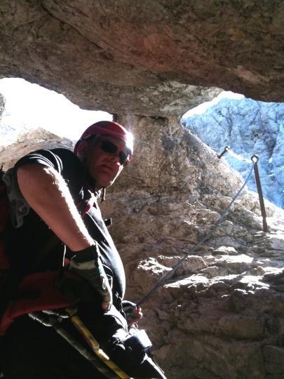 Maarten in een passage door een grot op de Westansteig