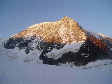 Noordwand van de Mont Blanc de Cheilon in de avondzon