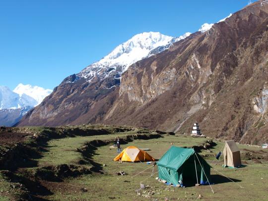 Ons kamp in Samdo, met onze eigen tent, de diningtent, waar ook de dragers in slapen en de toilettent