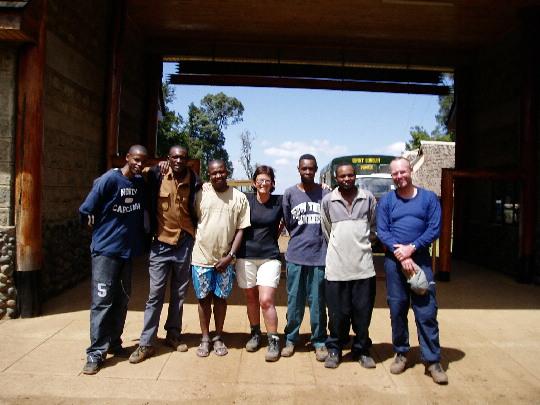 Onze crew met in de korte broek Charles Wanja