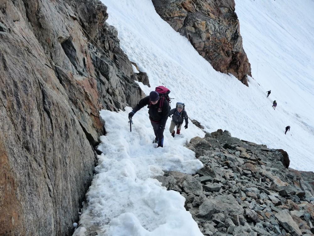 Scherpe insnijding naar het Mitterkarjoch. De geul ligt nog vol sneeuw.