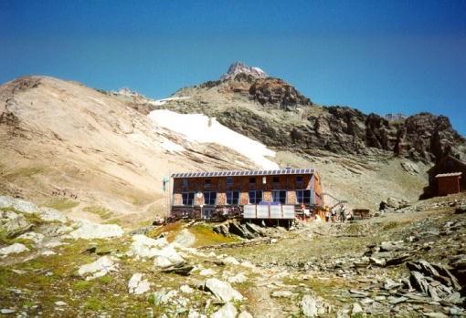 Stüdlhütte met links het winterraum en op de achtergrond de Grossglockner