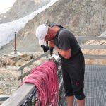 Stijgijzer repareren bij de Konkordia hütte