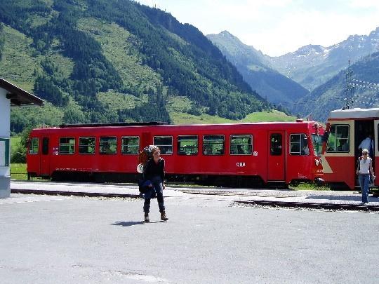 Tineke bij de trein in Uttendorf