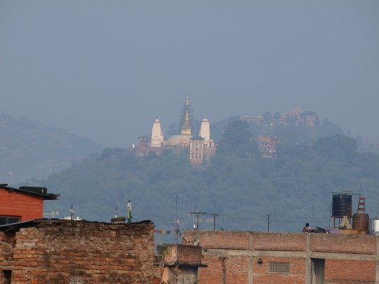 Zicht op de Swayambhunath tempel vanuit ons hotel