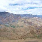 Zicht vanaf de Hanuma La met in het groen het dorpje Lingshed