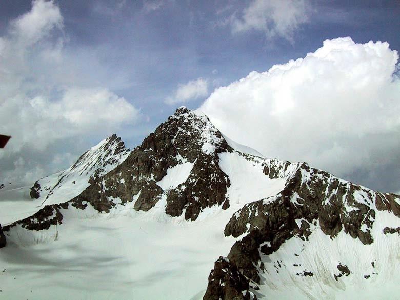 De route over de Stüdlgrat is op de foto goed te herkennen; van links naar de top loopt de graat, dan omlaag naar de Erz. Johannhütte, die op het punt ligt waar de twee graten rechts op de foto samen komen