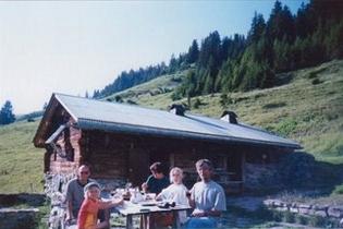 Maarten, Renate, Afien, Irene en Jacky voor de hut