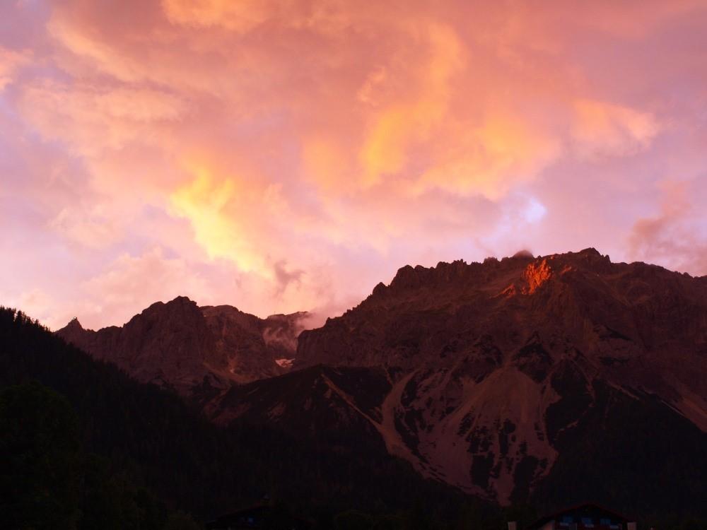 Het Dachsteinmassief in de laatste avondzon