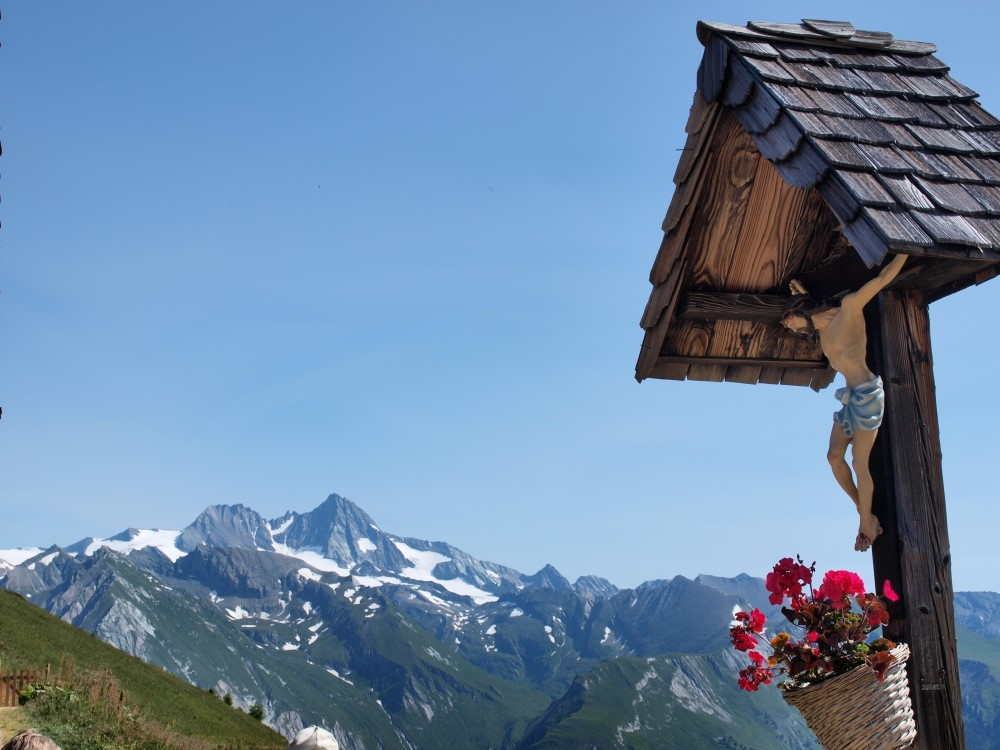 De Grossglockner gezien af het Kals-Matreier Törl met crucifix