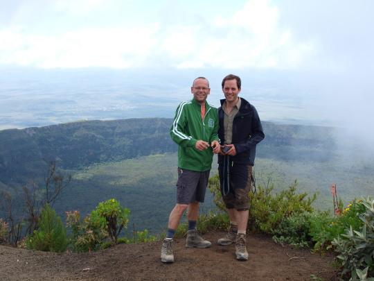 Henk en Hugo op de top van de Longonot met de kraterrand op de achtergrond