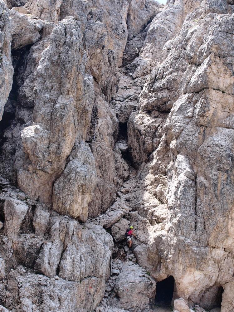 Afien klimt in een steil gedeelte van de via ferrata Renato de Pol
