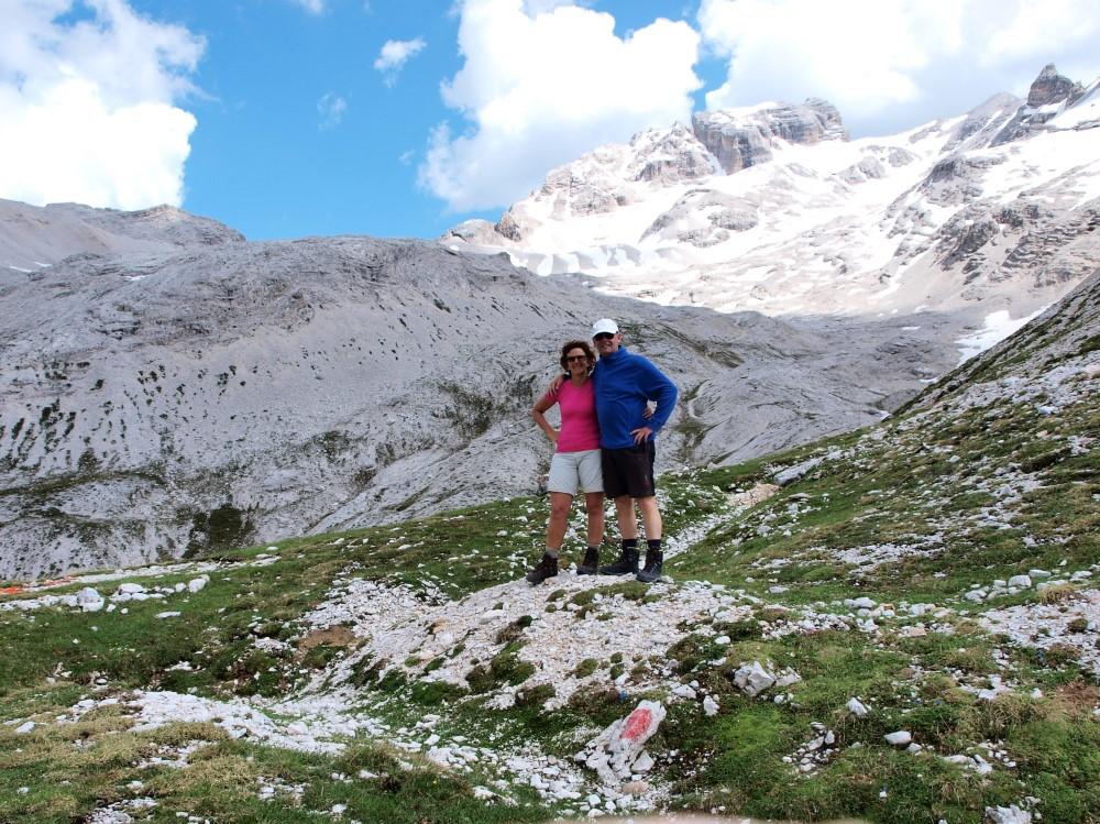Nog even samen lachen op de Forcella Verde (2380 meter) voordat we de puinhelling ingaan. Op de achtergrond de machtige Cristallo.