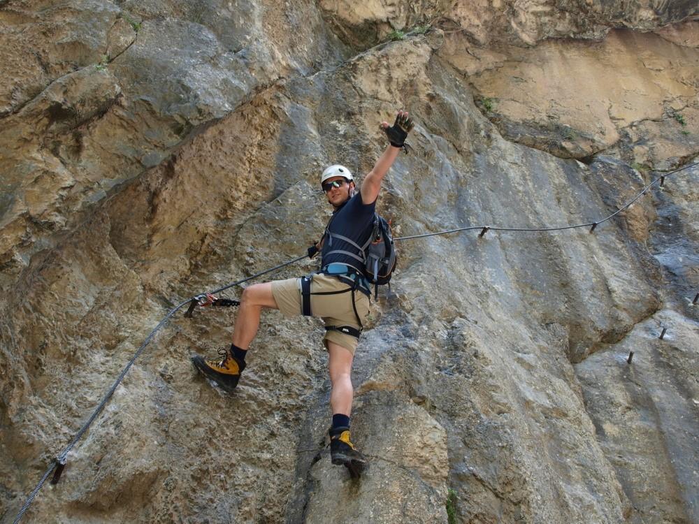Jori Baars met lange benen door de Galitzenklamm klettersteig
