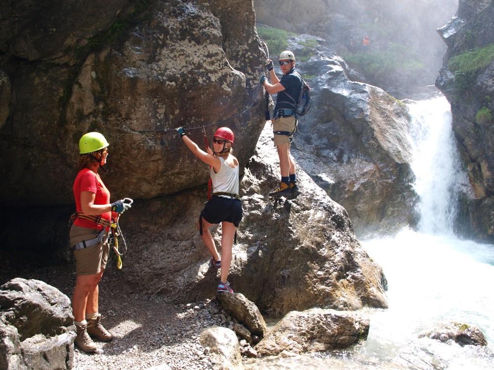 Afien, Renate & Jori bij de instap van de Galitzenklamm klettersteig