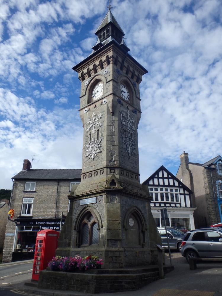 De karakteristieke kloktoren in het centrum van Knigthon