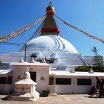 De stupa hier nog helemaal wit