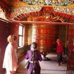 Gebedsmolen in de toegang van de Ajima tempel