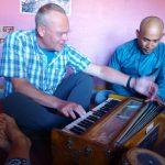 Eerste Faas die orgel speelt in een Hindoetempel