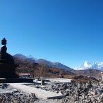 Boeddha kijkt mediterend naar de Dhaulagiri