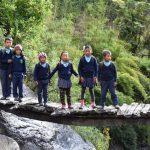 Kinderen onderweg naar school in Dobang