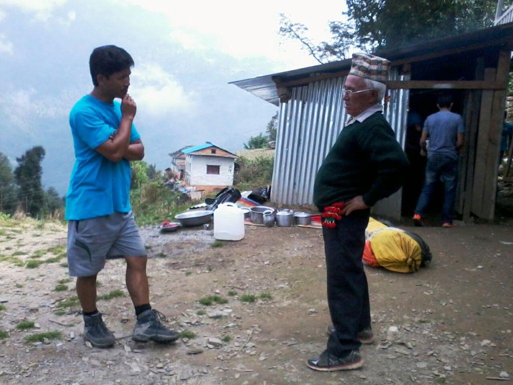 Opa drager in gesprek met onze gids Shera Sherpa