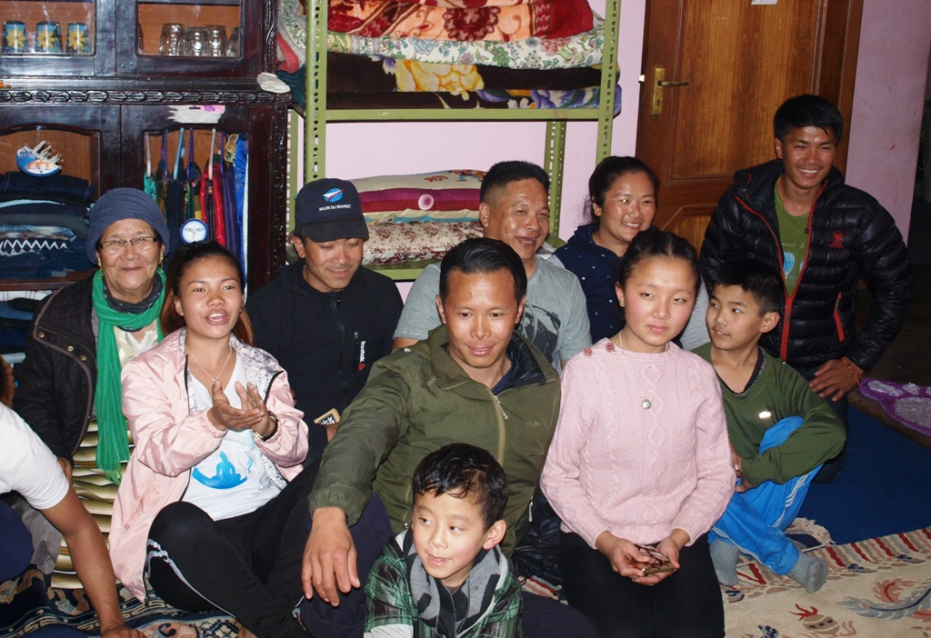 Deel van de familie met Tenji in het midden
